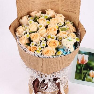 包 装 浅色纱内衬,英文旧报纸单面包装,浅色纱束扎,精美花结 花 语图片